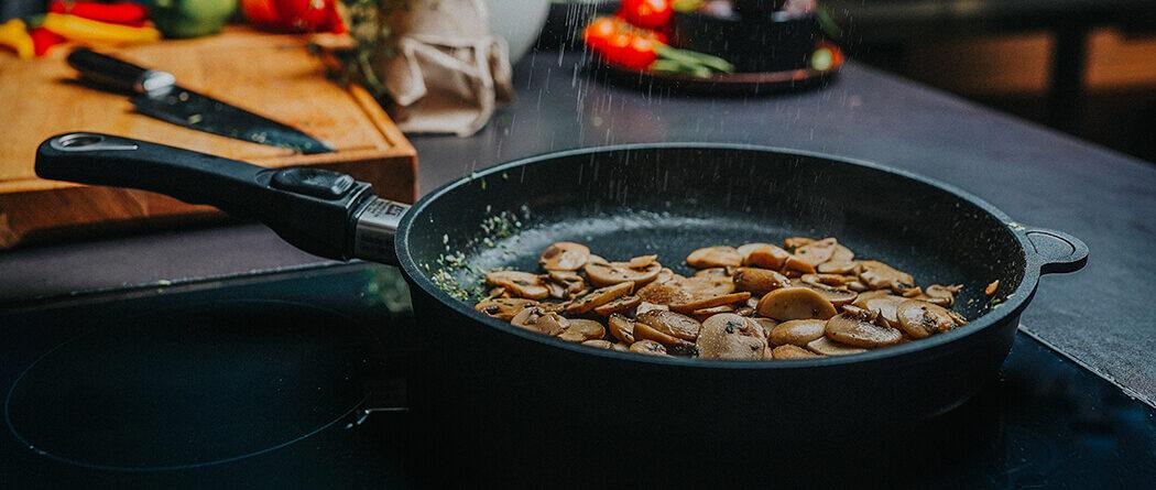 Śniadanie lub szybka przekąska na słono i słodko- grzanka z pieczarkami & chałka z syropem klonowym